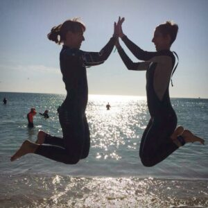Salto Playa Chocando Manos Neopreno Juntas Es Mejor