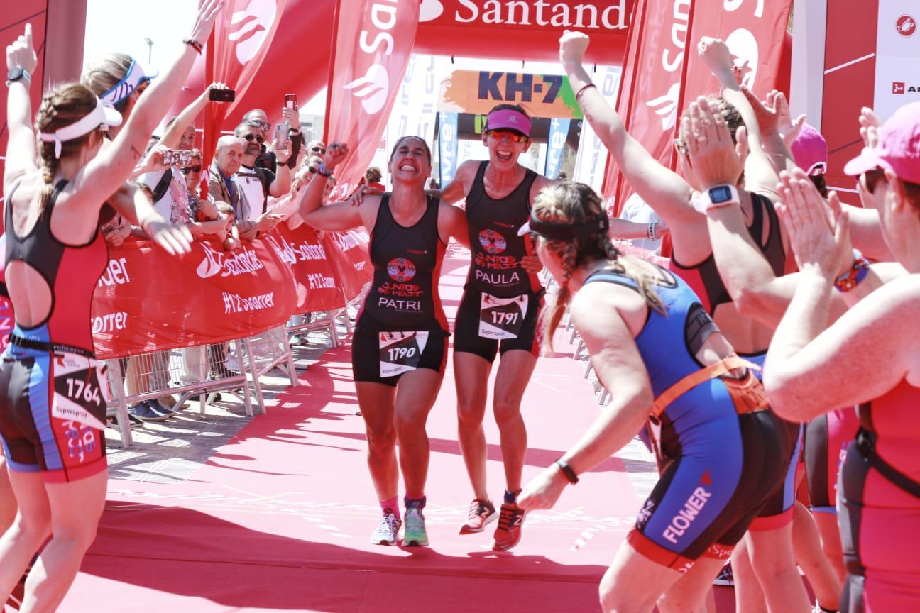 Patri y Paula entrada a meta con pasillo de todas Triatló Marítim 2019 Juntas Es Mejor