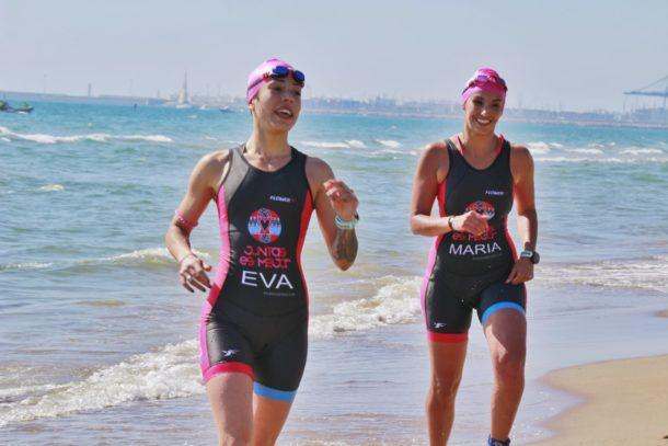 Eva Lopez y Maria de Pablos saliendo del mar
