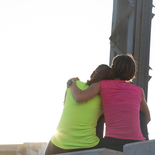 Patri y Paula abrazadas